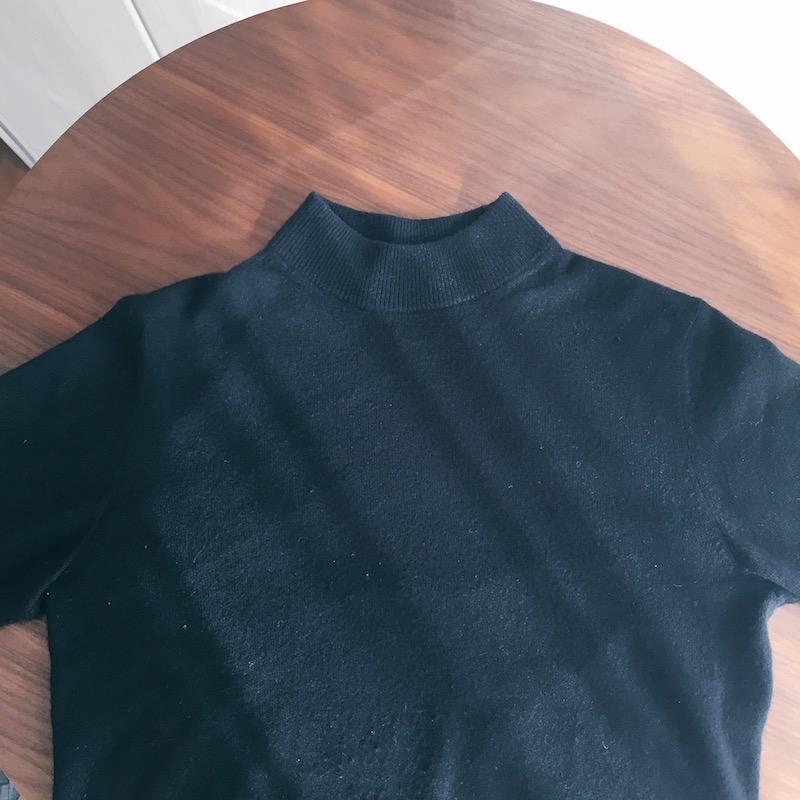 ハイネック(モックネック)の黒いニット・セーター