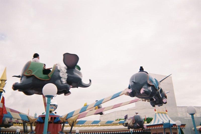 「写ルンです」で東京ディズニーランドの「空飛ぶダンボ」を撮影した写真