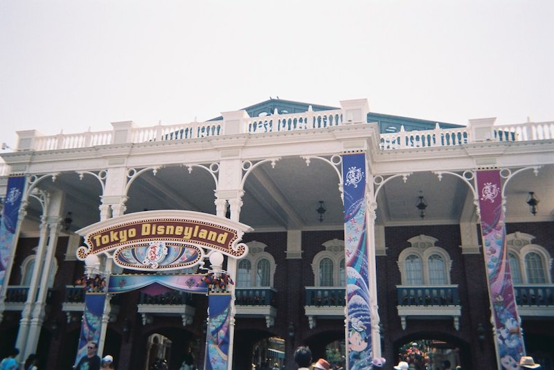 「写ルンです」で東京ディズニーランドのワールドバザールの正面ゲートを撮影した写真