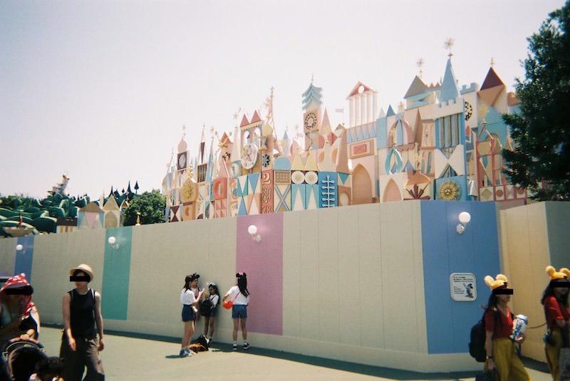 「写ルンです」で東京ディズニーランドの「イッツ・ア・スモールワールド」及び、インスタ映えする改装中の壁を撮影した写真
