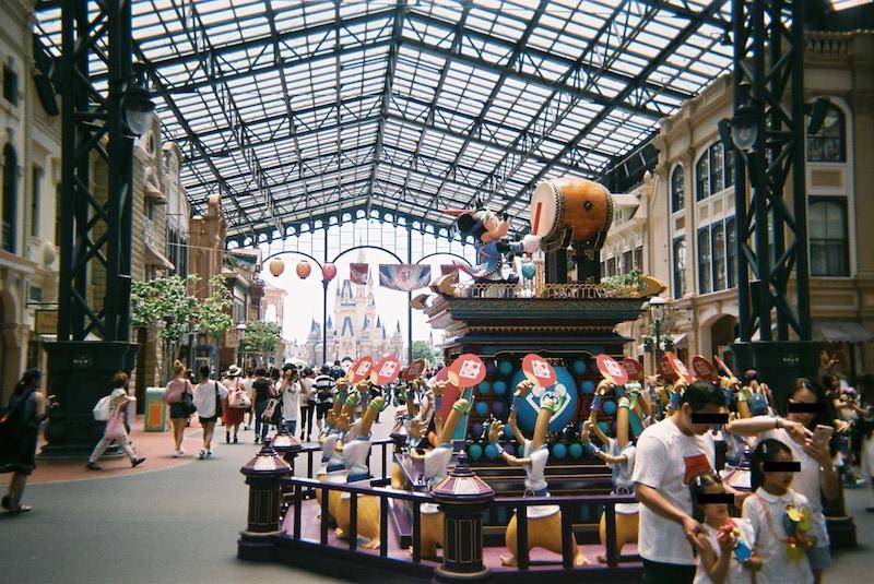 「写ルンです」で東京ディズニーランドのワールドバザール内の、2017年ディズニー夏祭りの展示物を撮影した写真