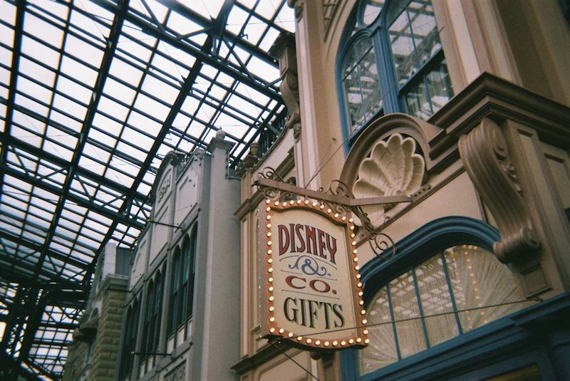 「写ルンです」で東京ディズニーランドのワールドバザールの店の看板を撮影した写真