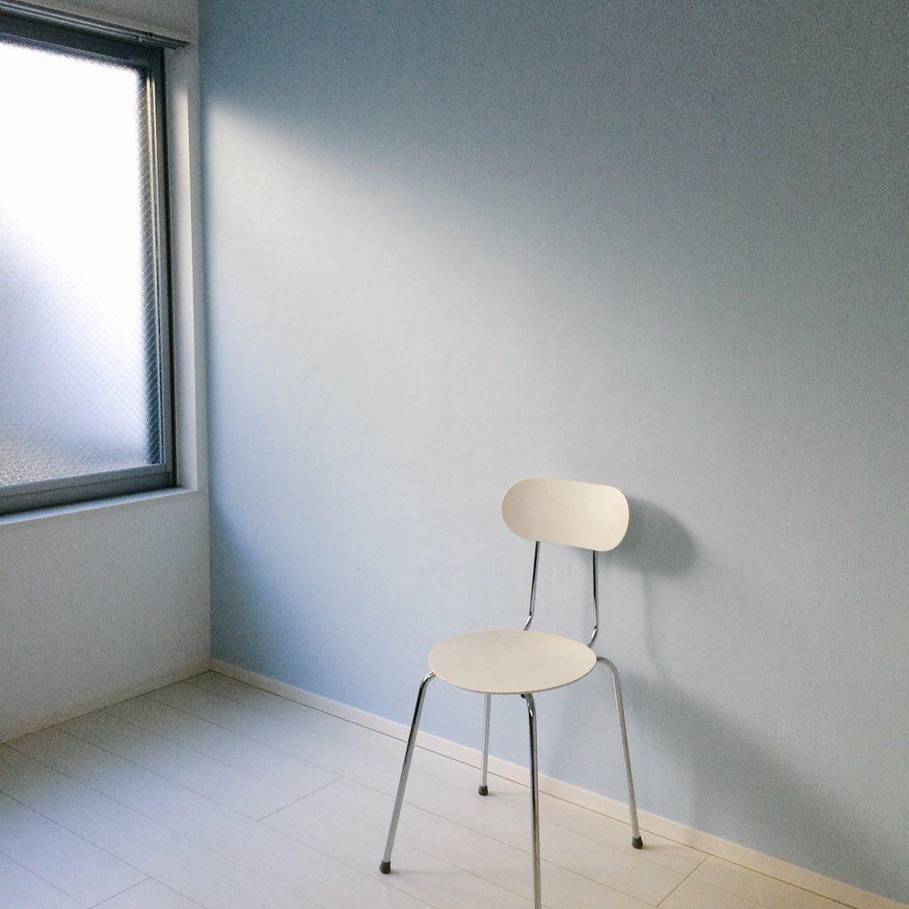 水色のアクセントクロス壁紙で、白を基調とした部屋